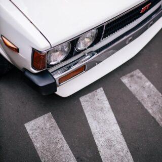 """Toyota Corolla – 1979 KE70 Благодаря одному японскому парню, который начал в снежных горах оттачивать искусство езды боком на маломощном 3-х дверном хетчбеке, о Toyota Corolla AE86 не слышал только человек, совсем далекий от мира автомобилей. Японский парень - Кеичи Тсучия, а его """"Хачироку"""" создала вокруг себя целый культ, стала главной героиней манги """"Initial D"""" и долгое время считалась одной из самых популярных машин для дрифта. Но справедливо ли оставлять в тени остальные Corolla? Новая статья уже на сайте, ссылка в профиле! Owner: @ma4etta Photo: @valowcardin Edit: @its_sokol #lowdaily #toyotake70 #toyotacarolla"""